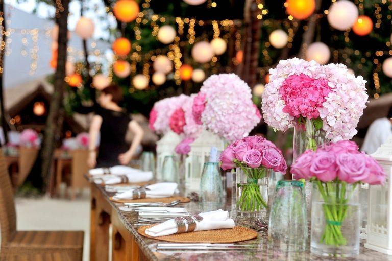 Den Esstisch mit Vasen schmücken
